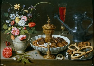 Clara Peeters; Bodegón con flores, copa de plata dorada, almendras, frutos secos, dulces, panecillos, vino y jarra de peltre (1611) © Museo del Prado